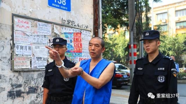 ▲谌瑞华被押到当年作案现场进行现场指认。 图片来自东坡公安微博