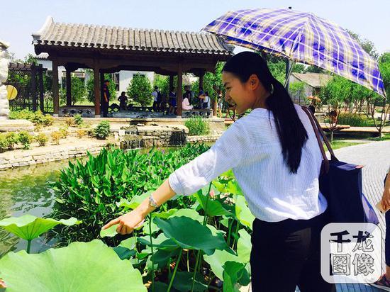 位于北京市东城区前门的三里河景观,经过九个月的整治,水穿街巷,宛如江南水乡。图为市民在景观游玩驻足。千龙网记者欧阳晓娟摄