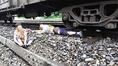 事发现场徐前凯救下老人蔡本善时的情景。 荣昌火车站供图