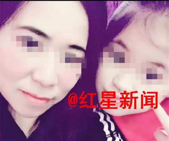 ▲莫焕晶(上图左)此前常在朋友圈晒图,秀自己和其他雇主家人的照片