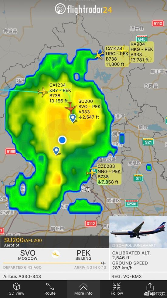 这货没犹豫!一直朝着首都机场跑道降下去。此时机场正值黄色雷雨区的中心。附近只有两架犹豫不决的国航飞机,在打转。