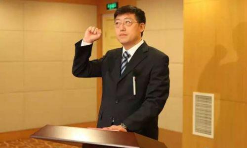 新任命的苏州市人民政府副市长聂飙向宪法宣誓。