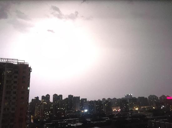闪电霎时如白天