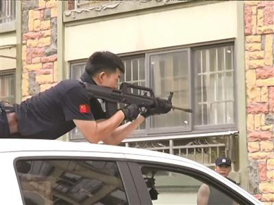 民警瞄准射击野猪。本文图片均来自扬子晚报