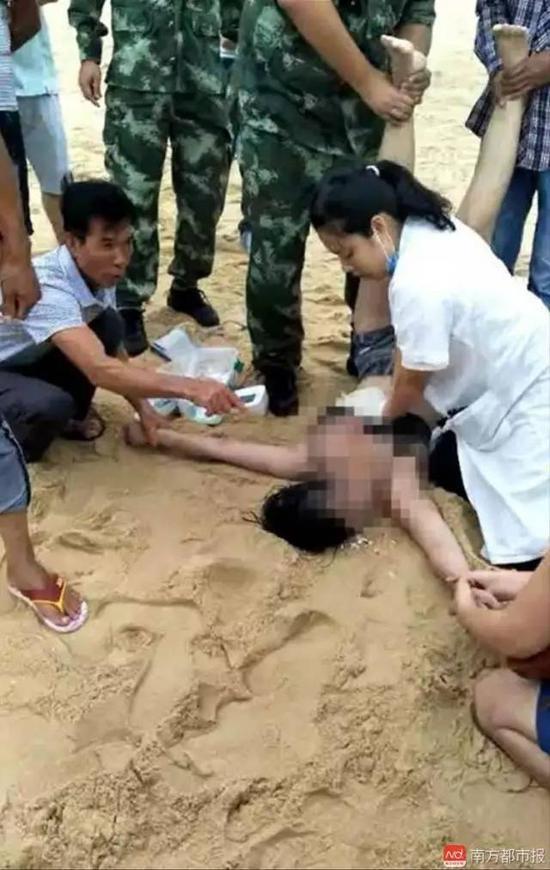 医护人员在抢救溺水者。