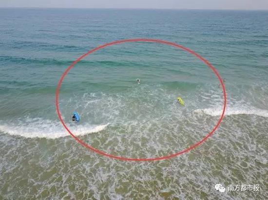 冲浪者顺着裂流飘向深水