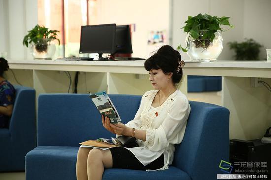 7月15日,由北京援建的和田地区图书馆新馆在和田文化活动中心举行开馆仪式。图为市民在看书(图片来源:tuku.qianlong.com)。千龙网记者 许珠珠摄