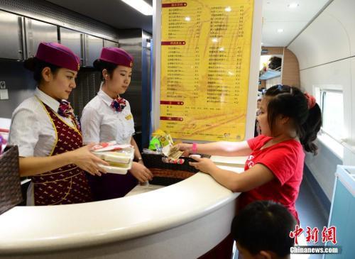 资料图:图为动车组乘务员正在向旅客出售盒饭。胡国林摄