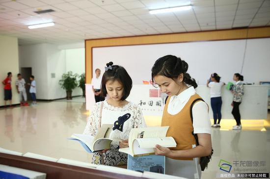 7月15日,由北京援建的和田地区图书馆新馆在和田文化活动中心举行开馆仪式。图为学生在图书馆内看书(图片来源:tuku.qianlong.com)。千龙网记者 许珠珠摄