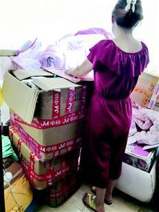 图为:李女士买的三箱塑形内衣