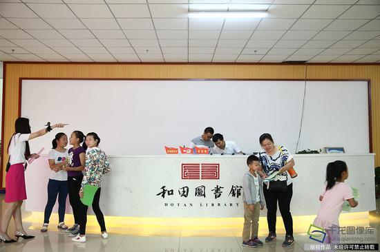7月15日,由北京援建的和田地区图书馆新馆在和田文化活动中心举行开馆仪式。图为和田图书馆新馆一楼前台(图片来源:tuku.qianlong.com)。千龙网记者 许珠珠摄