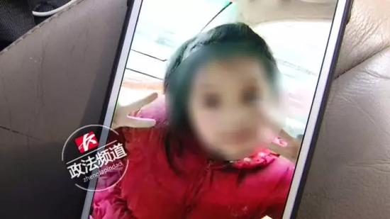 就在警察对月月的死因展开初步调查时,杜女士的母亲接到了派出所的电话。