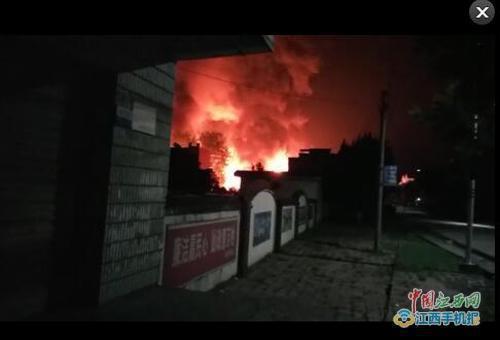 湖口县武垦场化工厂火灾现场截图