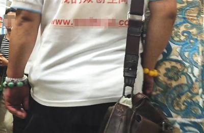7月16日,一名中年男子在地铁站内用手碰触一名女士臀部。五分钟内,他用手共碰触了四名女士的臀部。新京报记者 大路 摄