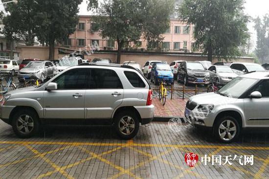 今晨7时左右,北京海淀区气象局大院出现降雨,路面湿滑。张辉摄