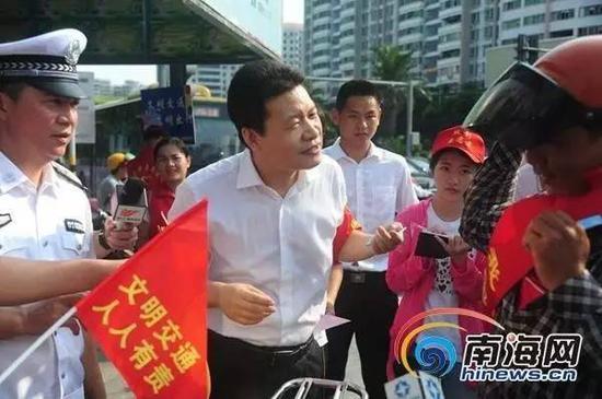 海南省委常委、海口市委书记孙新阳在陌头开导文化交通。