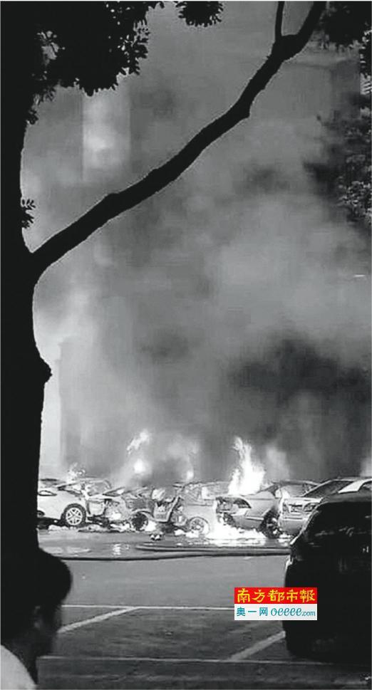 火灾现场,柜员机起火,殃及门前的小车。资料图