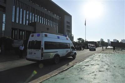 7月18日,甘肃白银,上午8点,押送被告人高承勇的警车抵达白银区法院。图/视觉中国