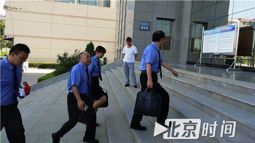审查职员进入法庭。图/尹志艳