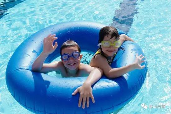 一般来说,游泳圈壁较薄,质地比较柔软,在外力作用下,较容易变形。而救生圈外壳较坚固,质地坚硬。