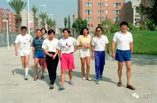 上世纪九十年月,张雄(右一)跟泅水队女队员合影。