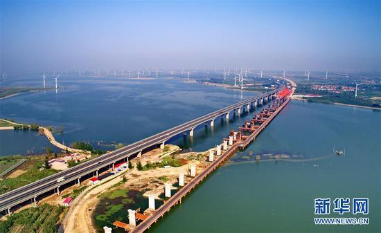 建设中的京张高铁工程官厅水库特大桥(6月27日摄)。新华社记者杨世尧摄