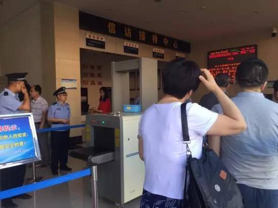 7月18日上午,受害者家属接受安检,进入法庭。新京报记者罗婷 摄