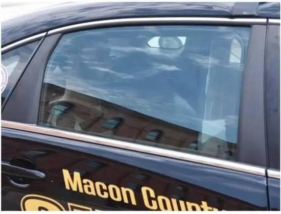 ▲克里斯滕森搭车抵达法庭。
