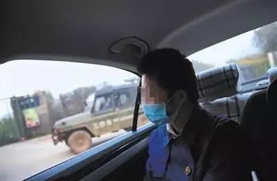 ▲2016年10月13日,八达岭老虎咬人事件中受伤的赵女士回到事发地东北虎园门口。新京报记者 薛? 摄