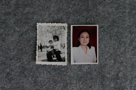 ▲赵菁小时候和母亲的合照(左)和母亲50岁退休时的照片(右)。
