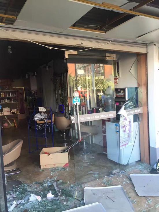 劈面一楼门面房的玻璃也被震碎