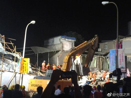 上海倒塌房屋现场已搜救出6人 4人抢救无效死亡