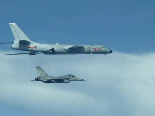 资料图片:台当局防务机构首度公布台军IDF战机伴飞轰-6的照片。(台湾中时电子报)