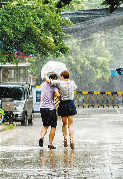 昨日下午突然下起的暴雨,令许多没有带伞的市民措手不及。首席记者 王健 摄