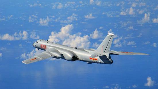 空军轰-6K飞机参加远海训练。