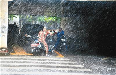 7月22日下午4时左右,西安南郊突降暴雨,行人在太白立交桥下避雨。记者 翟小雪 摄