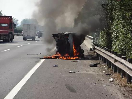 面包车高速上侧翻起火 好心司机踹开玻璃救7人