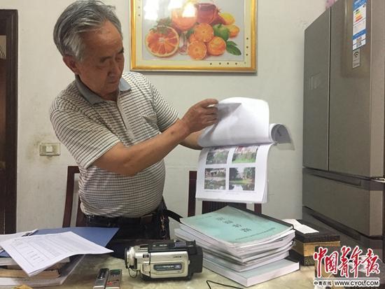 骆礼全展示他20年的环保维权资料。中国青年报<span class=