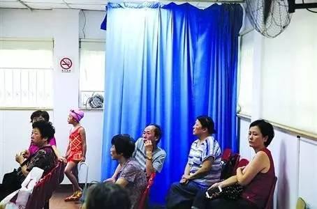 上海虹口游泳学校将房间的一角改成儿童更衣室,既方便了家长又方便了孩子们。照片来自新闻晨报