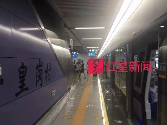 ▲产生变乱后,第二天的深圳地铁皇岗村站图片起源:红星消息