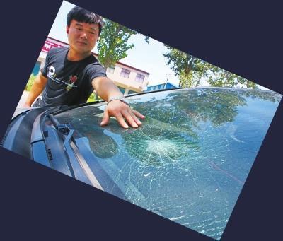 周口小伙陈亚辉追凶,凶徒将其车窗砸坏,他仍穷追不舍。记者于扬摄影