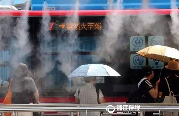 △浙江杭州一处站台开启喷雾降温