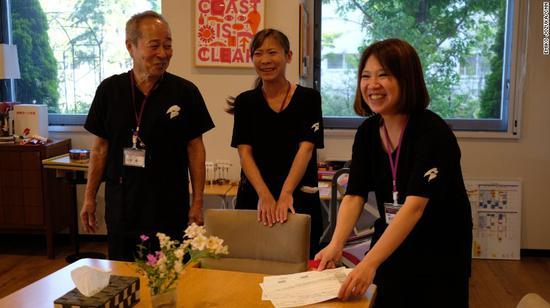 养老院的田坂和其他年轻职工图片来源:CNN