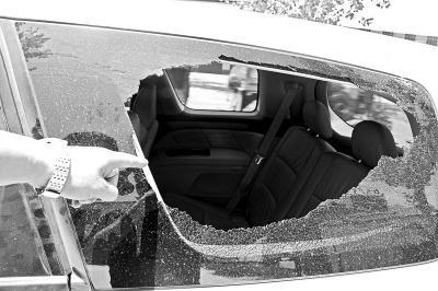 陈亚辉第一次把抢夺者逼停后,抢夺者把他的车窗砸了个窟窿。