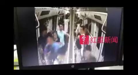 ▲有人在地铁车厢内开始奔跑,带动了其他人跟着奔跑图片来源:深圳地铁运营微博视频截图