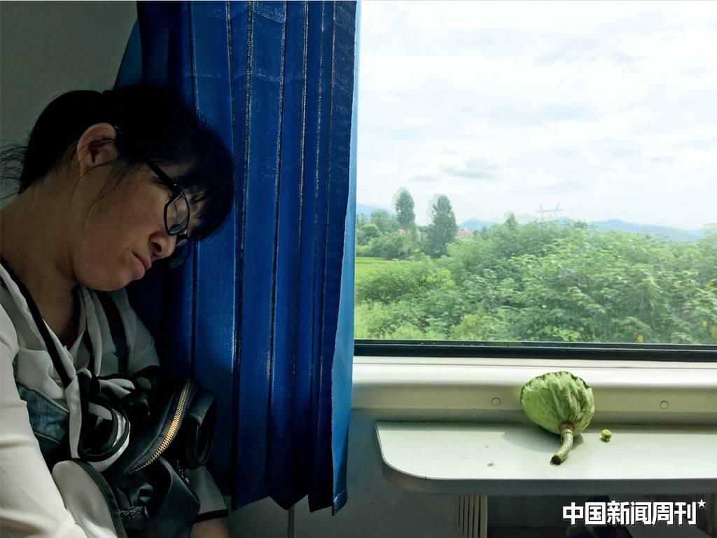 7月12日,余秀华在旅途中小憩。摄影|《中国新闻周刊》记者 李行