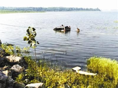 村民用绳索捞车救人