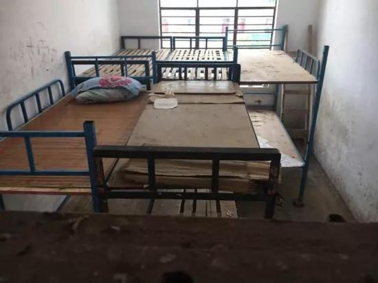 举报后,何佳佳没有参加期末考试,宿舍床铺上还留着她的凉席、枕头和夏被。