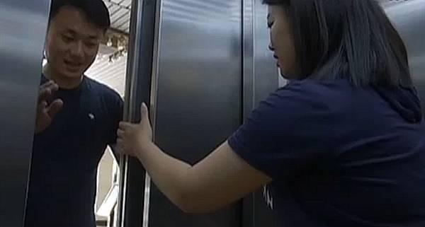 记者选了一个电梯,拿报纸做了一个实验。