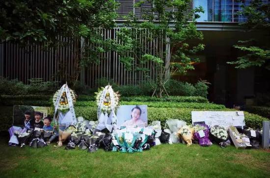 林家楼下的草坪上,几乎每天都有网友来献花哀悼(张雷 摄)